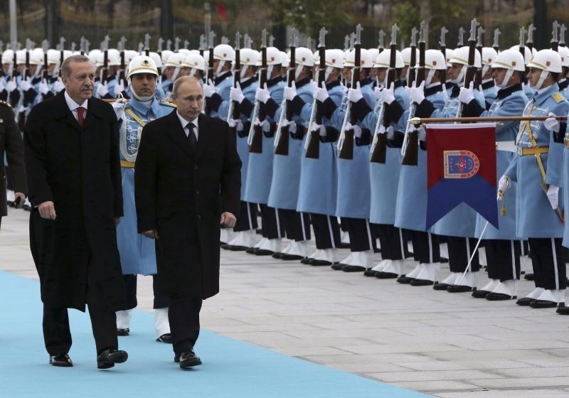 Tổng thống Thổ Nhĩ Kỳ Recep Tayyip Erdogan (trái) và Tổng thống Nga Vladimir Putin duyệt binh quân đội tại Ankara (Thổ Nhĩ Kỳ) năm 2014.