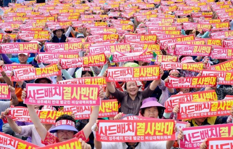 Người dân Hàn Quốc biểu tình phản đối triển khai hệ thống tên lửa THAAD trên đất Hàn Quốc.