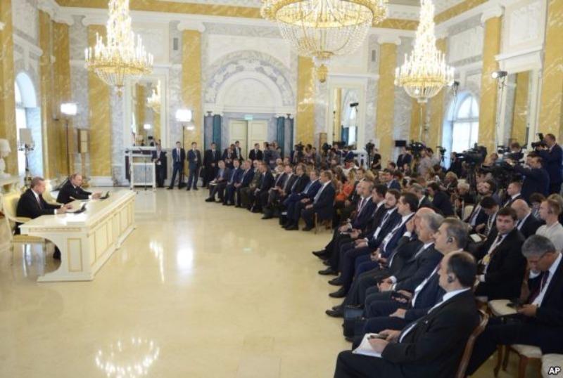 Tổng thống Nga Putin (thứ hai từ trái qua) và Tổng thống Thổ Nhĩ Kỳ Erdogan (trái) họp báo tại Nga ngày 9-8.