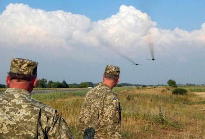 Binh sĩ Ukraine trong một cuộc tập trận với máy bay ném bom Sukhoi Su-24 ở vùng Rivne (Ukraine) ngày 10-8.