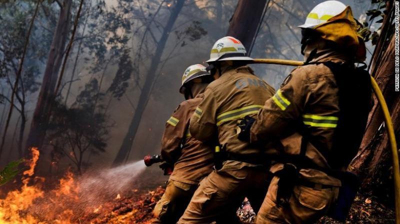 Lính cứu hỏa chiến đấu với cháy rừng ở đảo Madeira (Bồ Đào Nha) ngày 11-8.