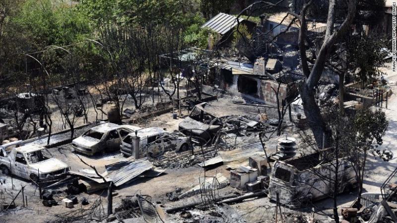 Một khu phố ở Vitrolles, bắc Marseille (Pháp) bị lửa thiêu rụi ngày 11-8.