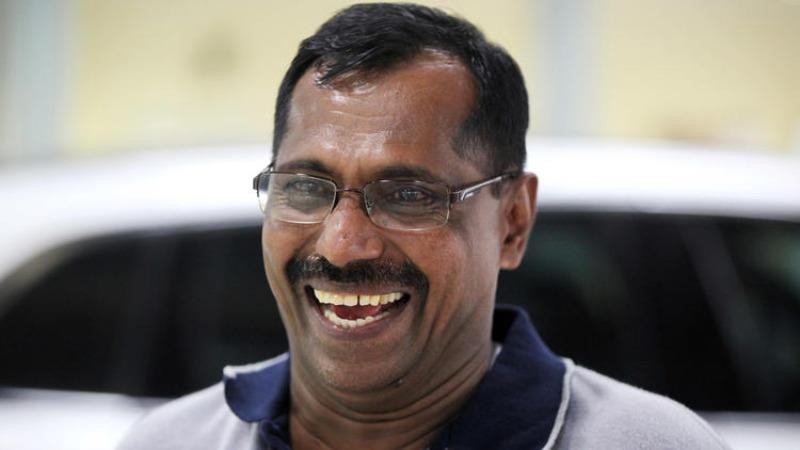 Ông Khadar vừa thoát chết khỏi tai nạn máy bay vừa trúng số triệu đô chỉ trong 6 ngày.