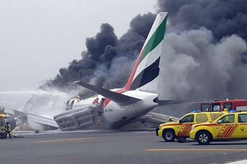 Chiếc máy bay Boeing 777 của hãng Emirates bốc cháy sau khi hạ cánh bằng bụng xuống sân bay Dubai ngày 3-8.