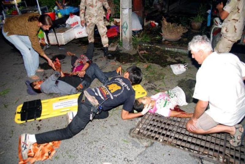 Cứu chữa người bị thương trong một vụ đánh bom ở Hua Hin tối 11-8.