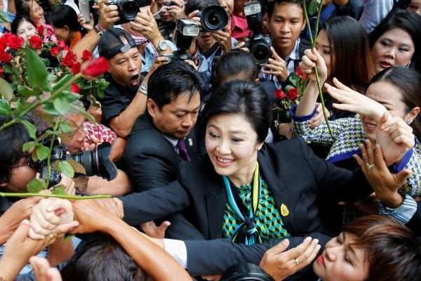 Cựu Thủ tướng Yingluck Shinawatra được người ủng hộ chào đón khi đến Tòa Tối cao ngày 5-8 trong vụ kiện bất cẩn trong chương trình trợ cấp lúa gạo.
