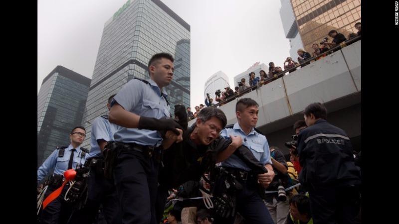 Một người biểu tình bị bắt trong cuộc biểu tình Hong Kong năm 2014.