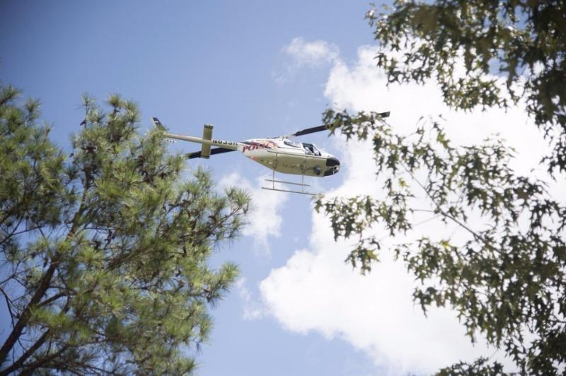 Trực thăng cảnh sát được triển khai tuần tra quanh hiện trường tai nạn gần sân bay Tuscaloosa (bang Alabama, Mỹ) ngày 14-8.