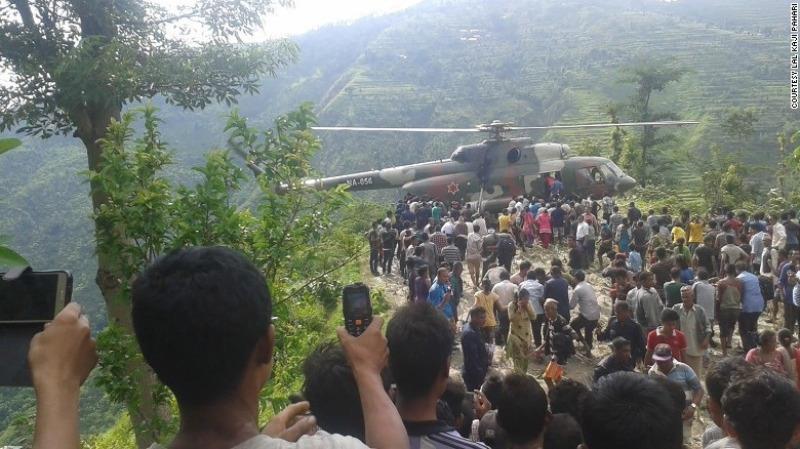 Trực thăng được triển khai cứu hộ tai nạn xe khách rơi xuống vực ở Nepal ngày 15-8.