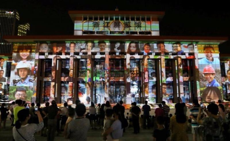 Dân Trung Quốc xem màn trình diễn ánh sáng chờ đón hội nghị G20 tại Hàng Châu (Chiết Giang, Trung Quốc) ngày 5-8.