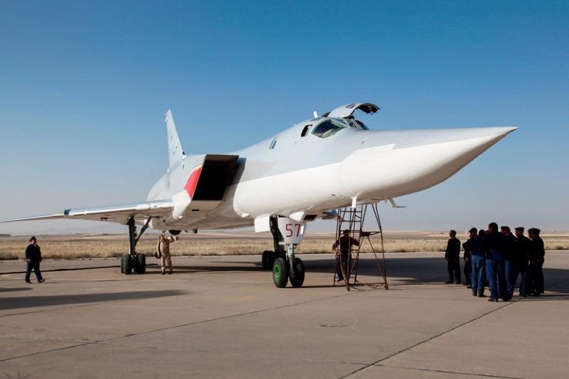 Máy bay ném bom Tu-22M3 của Nga trên đường băng căn cứ không quân của Iran ngày 15-8.