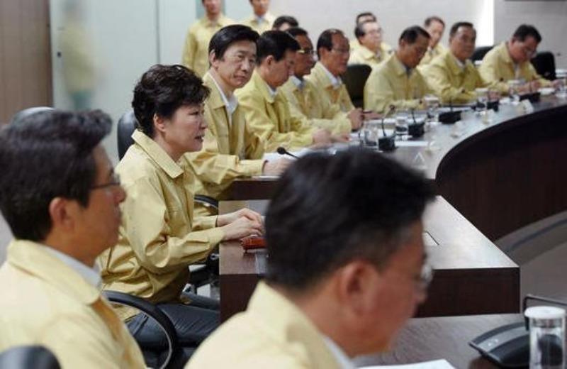 Tổng thống Park Geun-hye (thứ hai từ trái qua) họp với Hội đồng An ninh Quốc gia ngày 22-8 tại Seoul (Hàn Quốc).