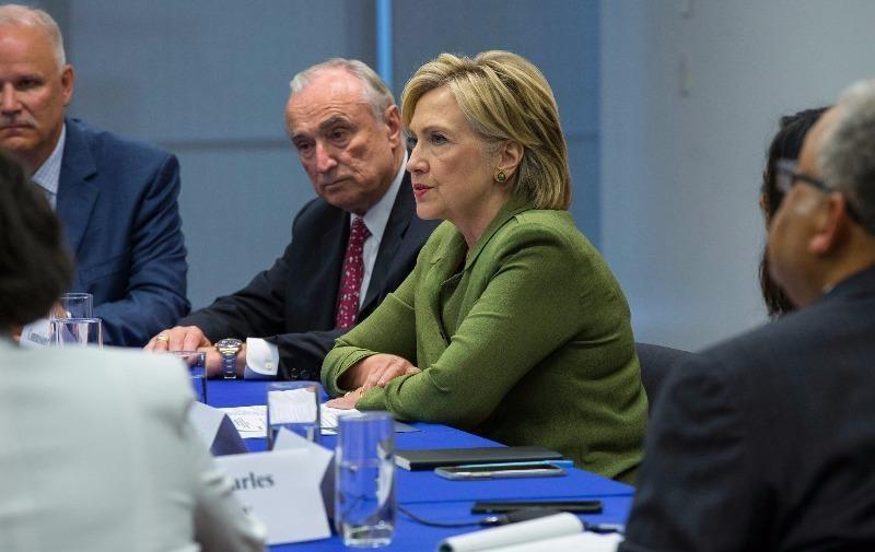 Bà Hillary Clinton trong một cuộc gặp với cảnh sát tại New York tuần trước.