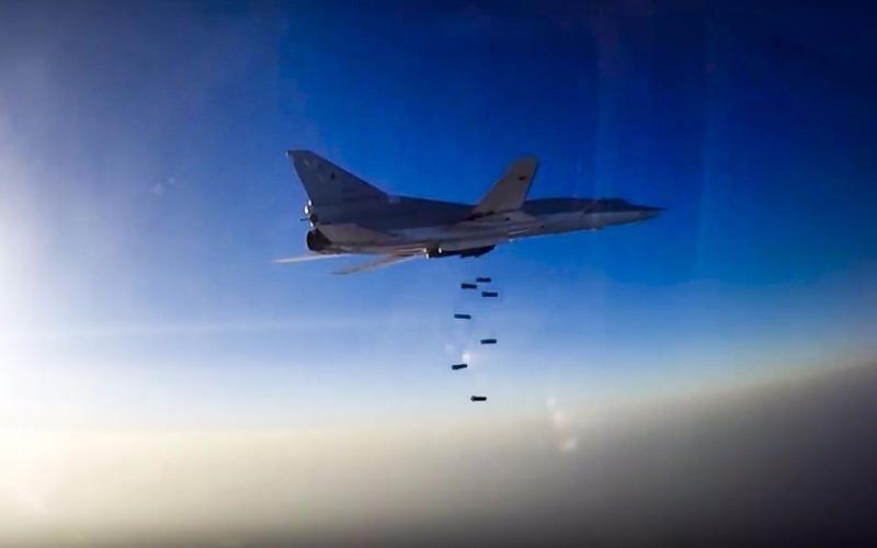 Máy bay ném bom Tu-22M3 của Nga ném bom trên bầu trời Aleppo ngày 16-8.