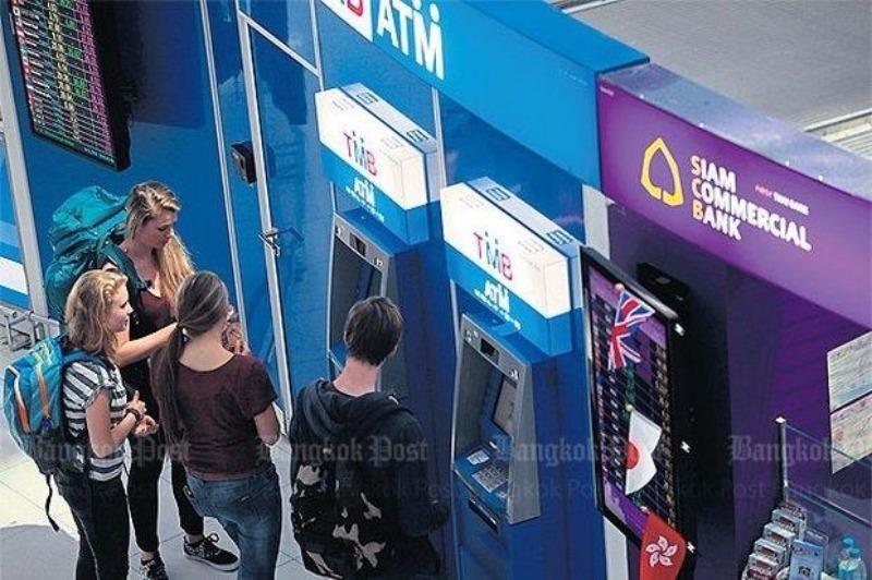 Du khách rút tiền từ trụ ATM ở Bangkok (Thái Lan).