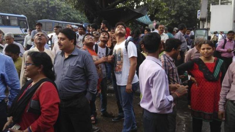 Người dân ở TP Kolkata (bang Tây Bengal, Ấn Độ) chạy ra ngoài đường vì các tòa nhà bị rung lắc do động đất ở Myanmar ngày 24-8.