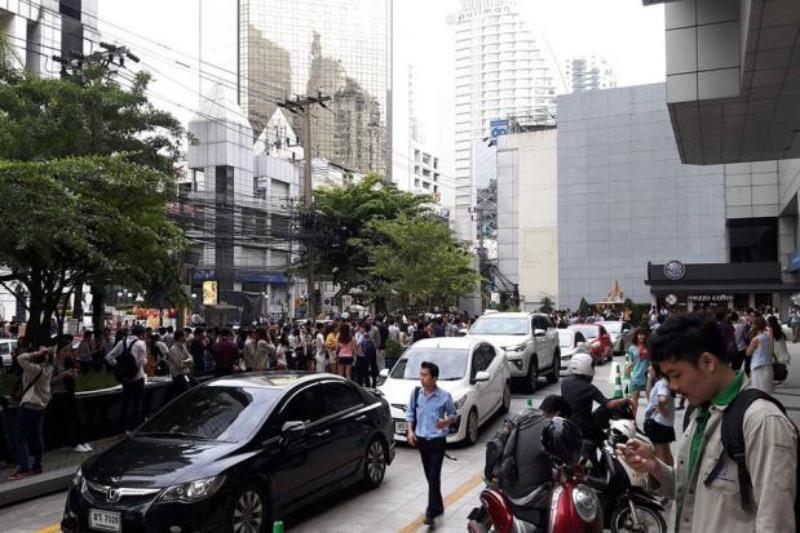 Người dân Bangkok (Thái Lan) chạy ra đường vì nhà cửa rung lắc do động đất ở Myanmar ngày 24-8.