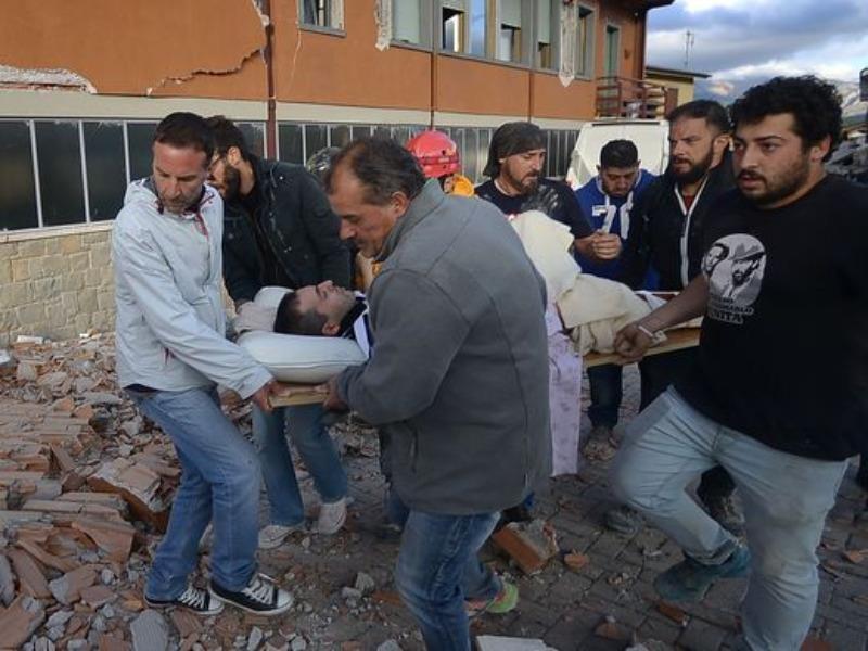 Cứu người bị thương vì động đất ở thị trấn Amatrice ngày 24-8.