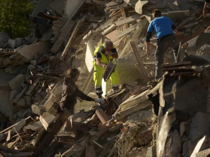 Nỗ lực cứu người sau động đất ở thị trấn Amatrice ngày 24-8.