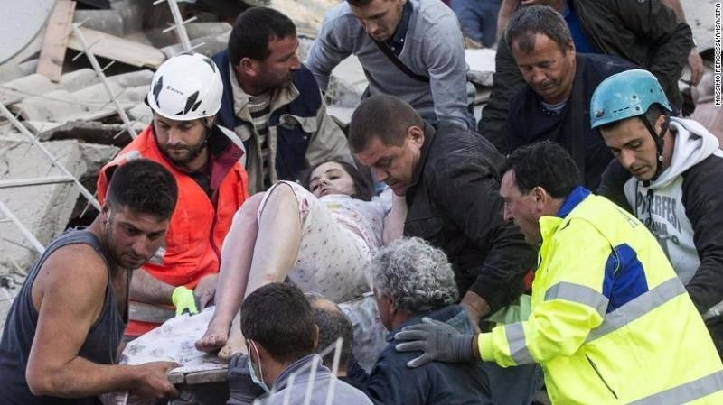 Một người sống sót được cứu tại thị trấn Amatrice.