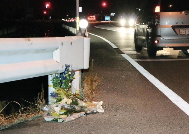 Hoa được đặt tại hiện trường tai nạn, tưởng niệm nạn nhân bị tài xế vừa lái xe vừa bắt Pokemon tông chết.