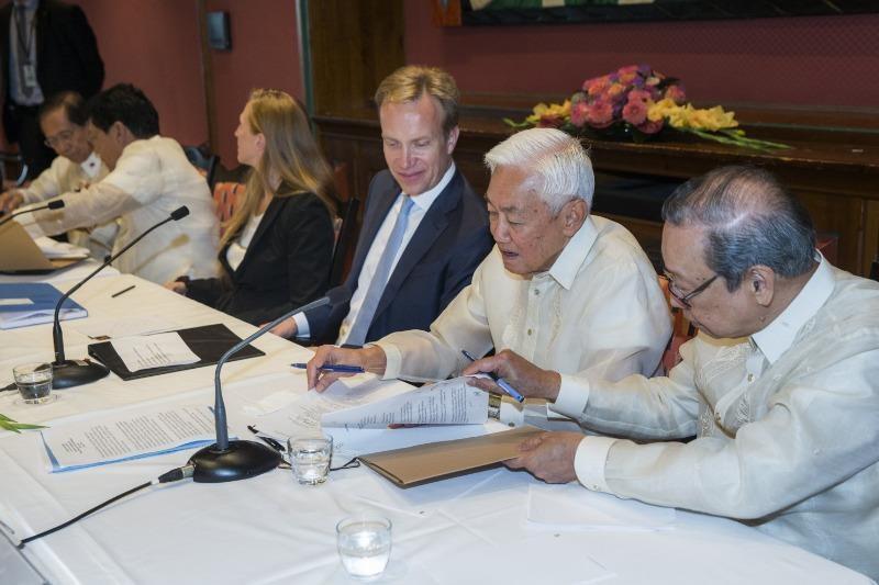 Đại diện chính phủ Philippines Jesus Dureza (thứ hai từ trái qua), Ngoại trưởng NaUy Boerge Brende (giữa), đại diện nhóm phiến quân Maoist Luis Jalandoni (thứ hai từ phải qua) trong buổi ký thỏa thuận ngừng bắn vô thời hạn ngày 26-8 tại NaUy.