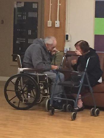 Bức ảnh ông bà cụ chia tay trong nước mắt làm nhói tim bao người.
