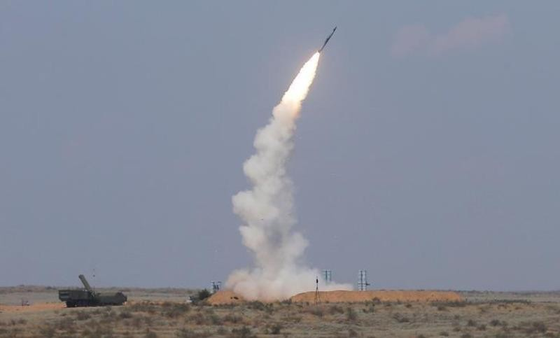 Hệ thống tên lửa phòng không S-300 phóng tên lửa trong một lần tập trận ở tỉnh Astrakhan (miền nam Nga) ngày 7-8.