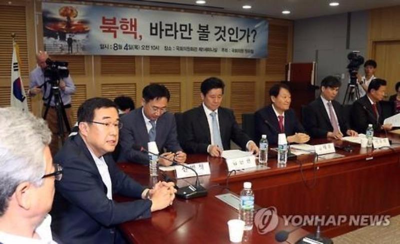 Các nghị sĩ đảng cầm quyền Saenuri trong một buổi họp bàn cách đối phó đe dọa từ Triều Tiên ngày 4-8.