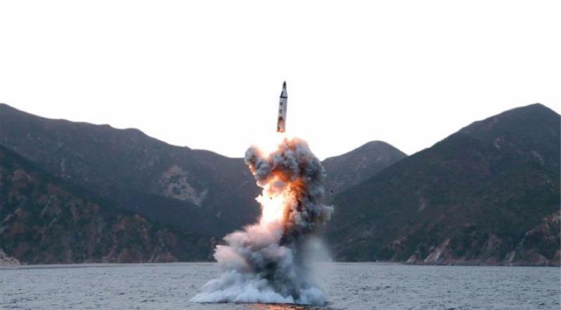 Tên lửa đạn đạo K-11 của Triều Tiên trong một lần phóng từ tàu ngầm.