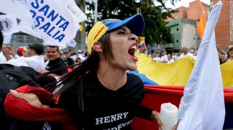 Người dân Venezuela xuống đường biểu tình vì mất kiên nhẫn với những khó khăn kinh tế của đất nước khiến họ phải chịu đựng thiếu hụt thực phẩm, thuốc men trong 2 năm nay.