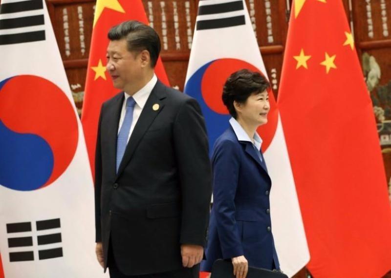Chủ tịch Trung Quốc Tập Cận Bình (trái) và Tổng thống Hàn Quốc Park Geun-hye tại cuộc gặp.