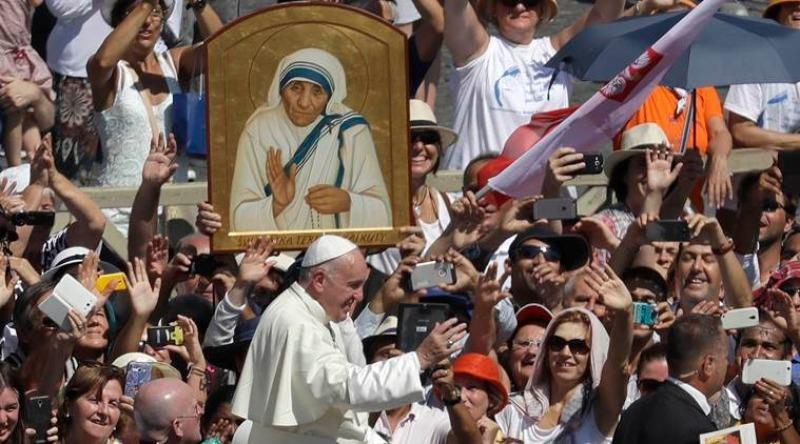 Giáo hoàng Francis tại buổi lễ phong Thánh cho Mẹ Teresa.