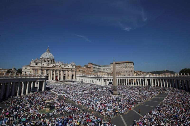 Hàng trăm ngàn người tham dự lễ phong Thánh cho Mẹ Teresa tại quảng trường Thánh Vatican.