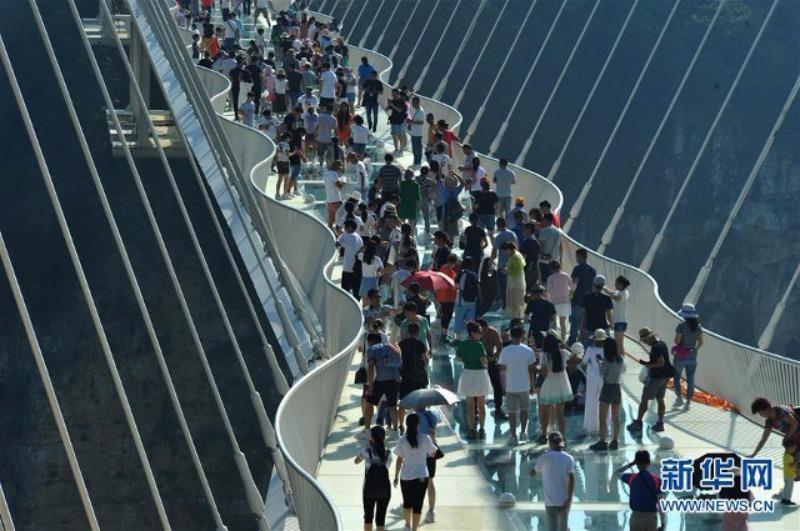Cây cầu kính Trương Gia Giới được đánh giá là có khả năng chịu lực tốt, từng bị nện bằng búa tạ.