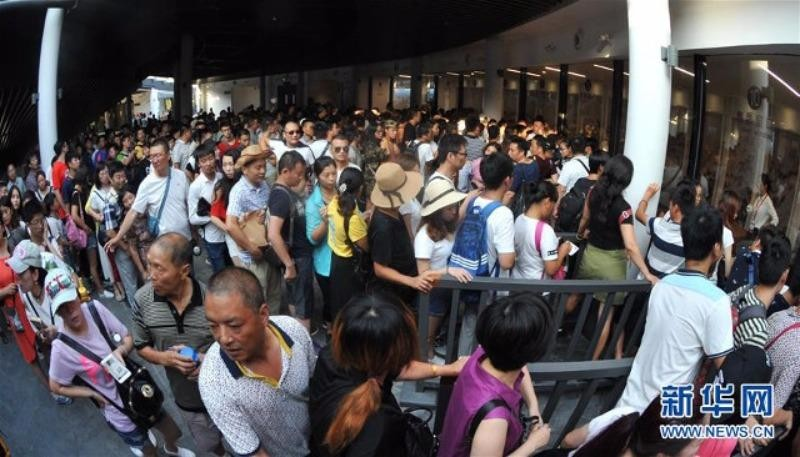 Lúc nào bên ngoài cổng cũng có một đám đông dài dằng dặc xếp hàng chờ được đi trên cây cầu kính dài nhất thế giới này.