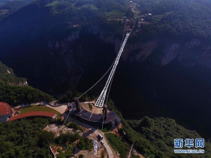 Với chiều dài 420m, ở độ cao 300m, cầu kính Trương Gia Giới được xem là cây cầu kính dài nhất và cao nhất thế giới.