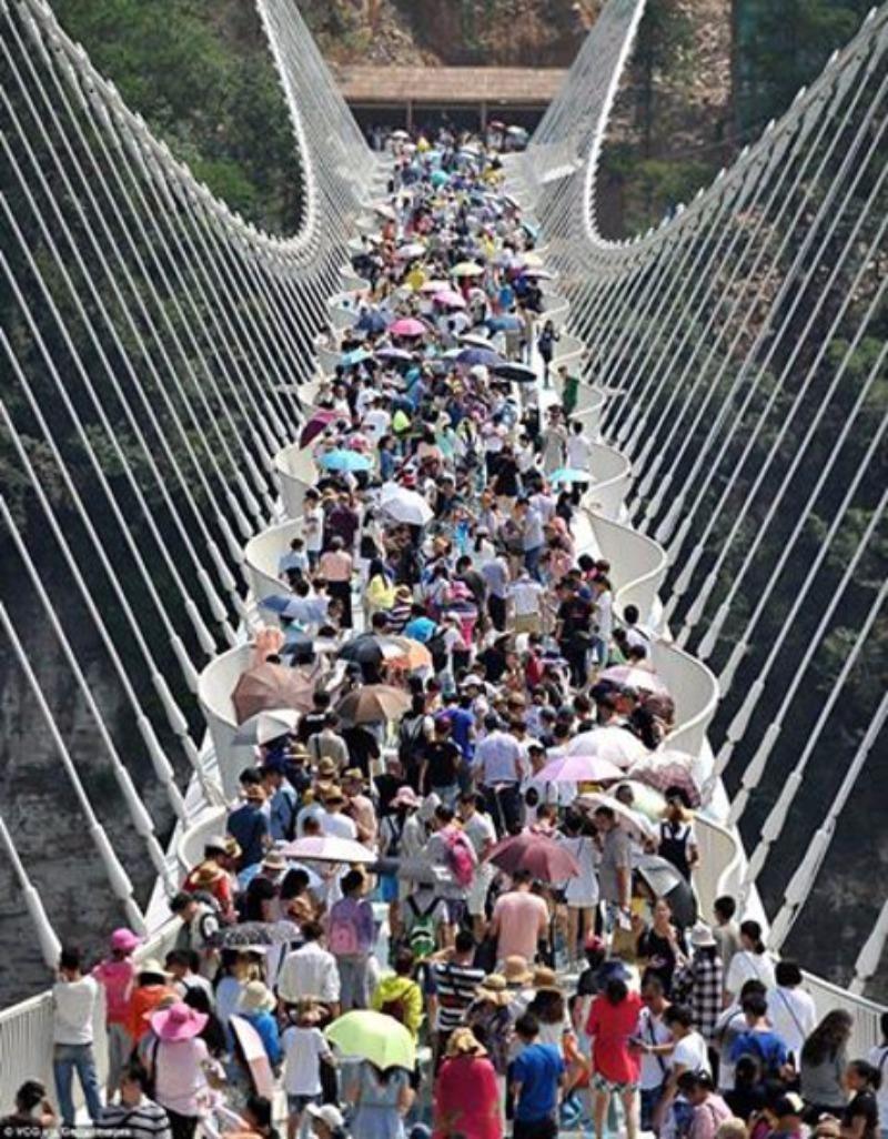 Hầu như lúc nào trên cầu cũng đông nghịt người.