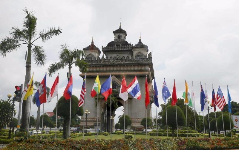 Cờ các nước ASEAN và đối tác tung bay tại Vientiane (Lào).