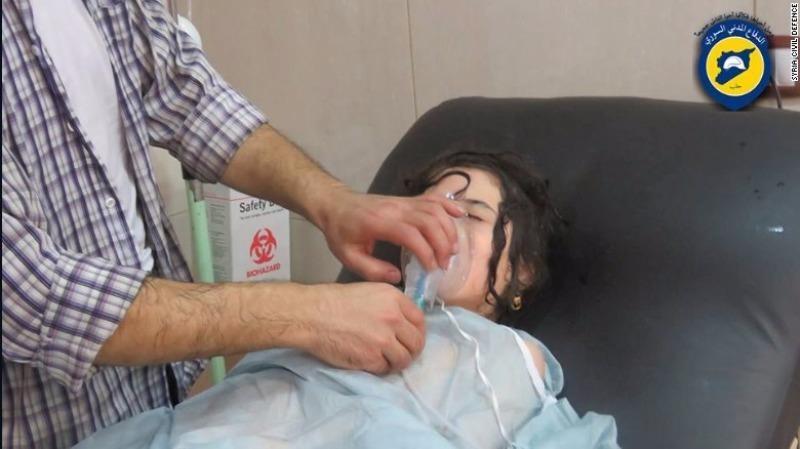 Một bé gái được cấp cứu do bom khí độc clo ở Aleppo ngày 6-9.