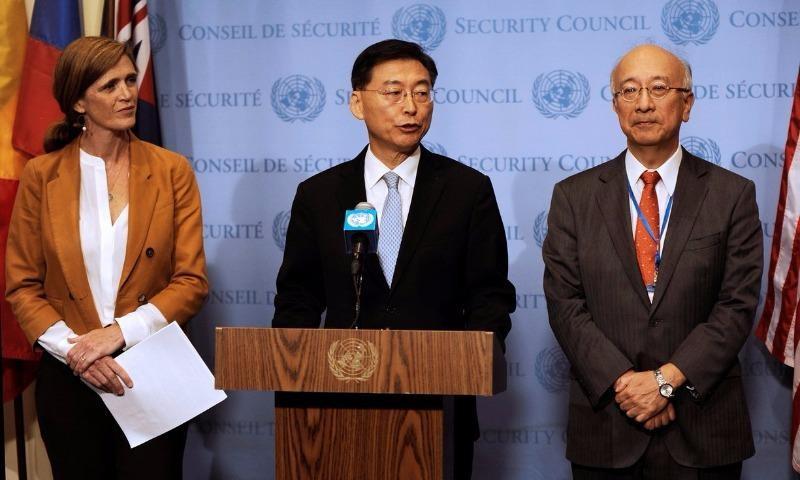 (Từ trái qua) Đại sứ Mỹ tại LHQ Samantha Power, Phó Đại sứ Hàn Quốc tại LHQ Hahn Choong Hee, Đại sứ Nhật tại LHQ Koro Bessho họp báo về Triều Tiên sau cuộc họp của HĐBA LHQ.