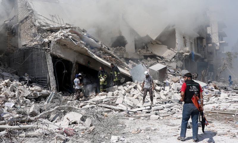 Lực lượng cứu hộ tìm kiếm cứu người sau một giao tranh giữa phe chính phủ và phe nổi dậy tại Aleppo (đông bắc Syria).