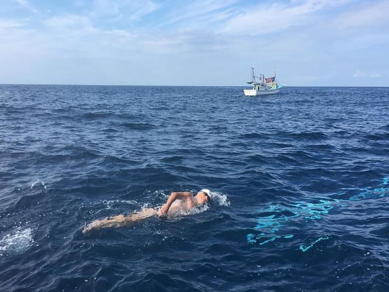Ông lão Toshio Tominaga 73 tuổi bơi qua eo biển Tsugaru ngày 7-9.