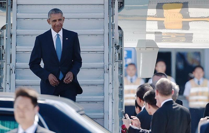 Tổng thống Obama ra khỏi máy bay bằng cầu thang nhỏ trong chuyến bay đến Hàng Châu (Trung Quốc) ngày 3-9 tham dự hội nghị G20.
