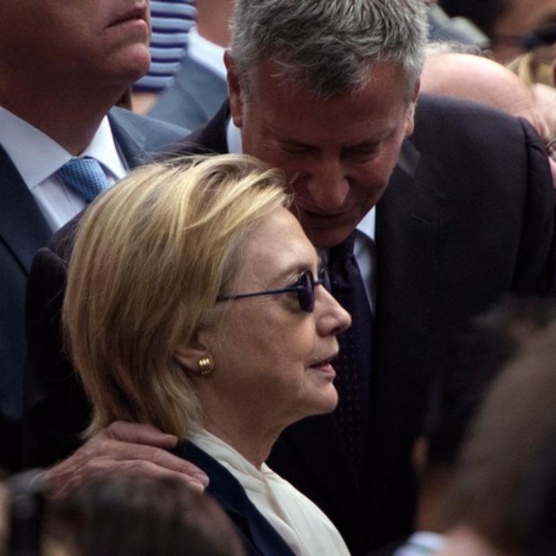 Bà Clinton được hộ tống rời buổi lễ ngày 11-9.