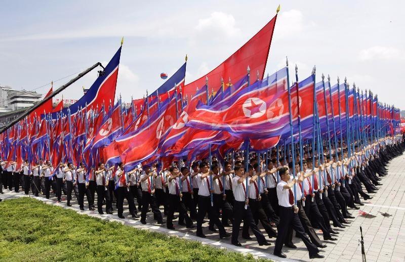 Binh sĩ Triều Tiên giương cờ quốc gia trong lễ diễu binh kỷ niệm 60 năm ra đời hiệp ước ngừng bắn chiến tranh Triều Tiên, ngày 27-7-2013 tại Bình Nhưỡng.