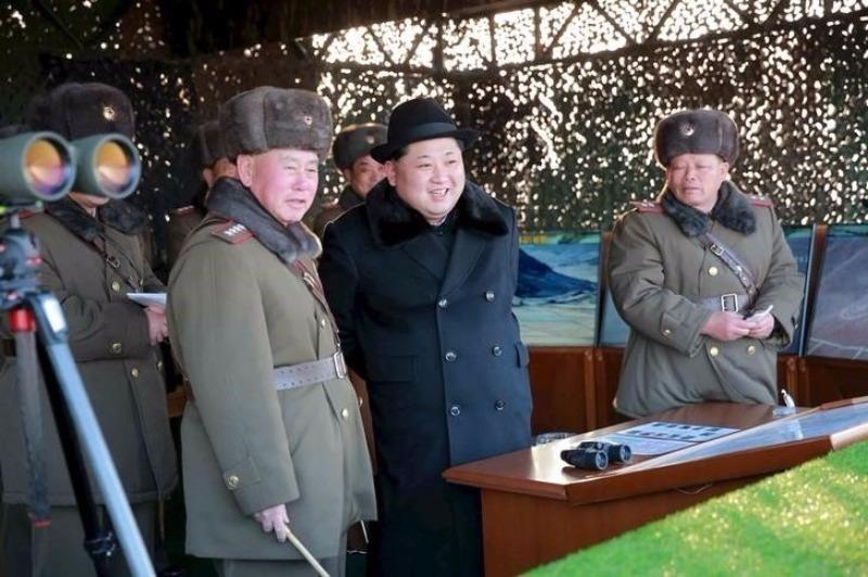 Lãnh đạo Triều Tiên Kim Jong-un chỉ đạo quân đội trong một đợt tập trận.