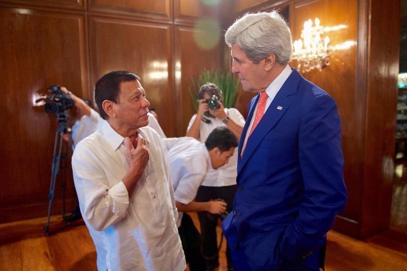 Tổng thống Duterte (trái) tiếp Ngoại trưởng Mỹ John Kerry ngày 27-7 tại dinh tổng thống ở Manila (Philippines).
