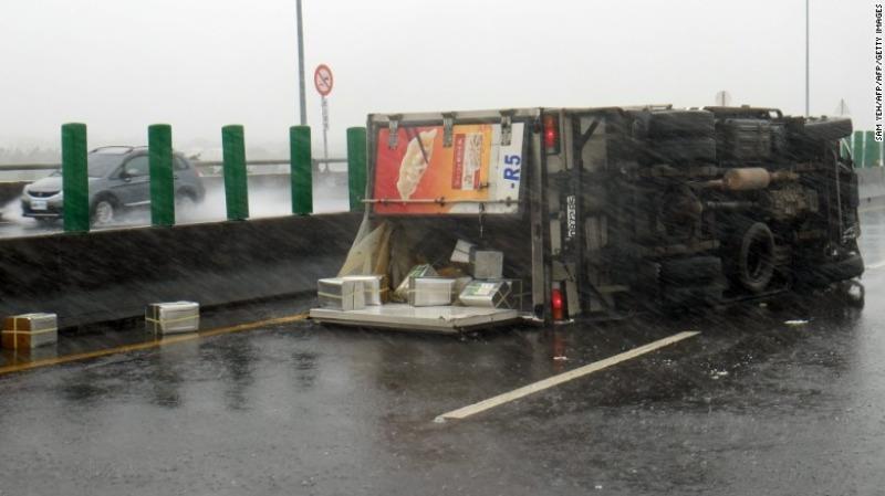 Xe tải bị lật tung vì siêu bão Meranti ở huyện Bình Đông (Đài Loan) ngày 14-9.