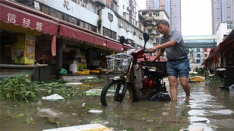 Đường phố Hạ Môn ngập nước sau khi siêu bão Meranti đổ bộ vào ngày 15-9.